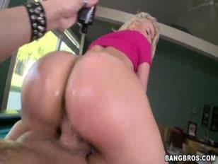Mulher se mastrurbando com boneco