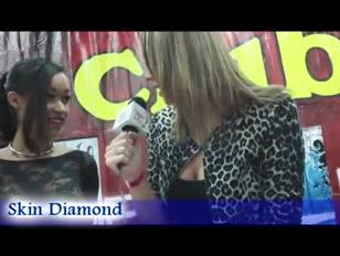 Torrid jovem e jummy moreno de carne de cabelos escuros entrevistado nos prêmios avn 2012
