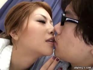 Homem chupando bico do peito da mulher