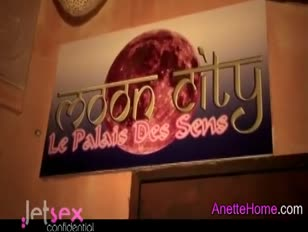Anette visite um clube echangiste a paris com ses aficionados voyeurs