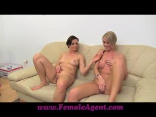 Leite de puma feminino com mulheres bem sucedidas no sofá