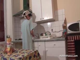A mãe francesa tenta o jovem adereços profundamente seu silvo de carne humgy e dá sua bunda